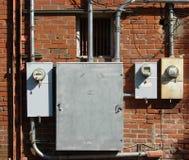 Vecchia costruzione di mattone e tester elettrici Immagine Stock