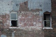Vecchia costruzione di mattone urbana abbandonata Fotografia Stock