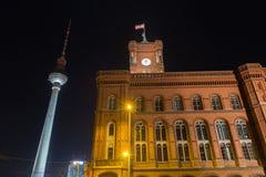 Vecchia costruzione di stadthaus a Berlino Germania alla notte immagini stock libere da diritti