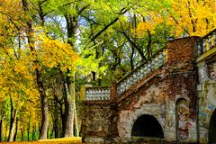 Vecchia costruzione dilapidata nel parco di autunno fra gli alberi gialli nella città di Dniepropetovsk, Dnipro, Dnipropetrovsk,  fotografia stock libera da diritti