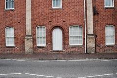 Vecchia costruzione e porte bianche Immagine Stock
