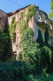 Vecchia costruzione europea invasa abbandonata Fotografia Stock Libera da Diritti