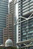 Vecchia costruzione fra i grattacieli moderni fotografia stock