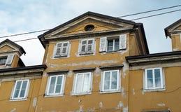 Vecchia costruzione gialla immagine stock