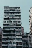 Vecchia costruzione grungy alta in un'area suburbana della citt? fotografia stock libera da diritti