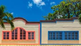 Vecchia costruzione hawaiana con gli otturatori variopinti fotografie stock