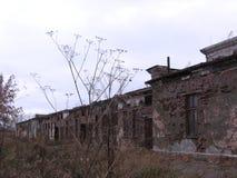 Vecchia costruzione inutile abbandonata della costruzione triste fotografia stock