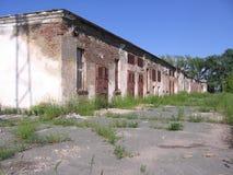 Vecchia costruzione inutile abbandonata della costruzione triste immagine stock