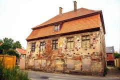 Vecchia costruzione Le finestre bricked su immagine stock