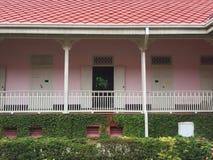 Vecchia costruzione rosa con il giardino Immagine Stock Libera da Diritti
