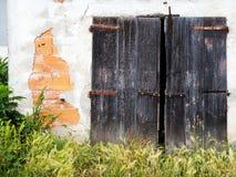 Vecchia costruzione sgangherata - proprietà che ha bisogno del lavoro, manutenzione Il Da Immagini Stock Libere da Diritti