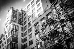 Vecchia costruzione urbana in bianco e nero in Manhattan Fotografia Stock Libera da Diritti