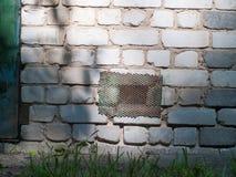 Vecchia covata arrugginita del metallo in vecchio muro di mattoni immagini stock libere da diritti