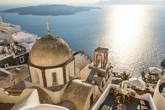 Vecchia cupola della chiesa sull'orlo della città di Fira Immagine Stock Libera da Diritti