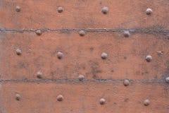 Vecchia dipinta di legno e marrone, porta con il fondo di struttura dei chiodi immagine stock