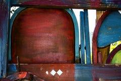 Vecchia dipinta & ha macchiato le sedie di legno trasformate un recinto variopinto Fotografia Stock