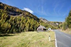 Vecchia distilleria dell'olio del pino montano Le alpi, Carinzia, Austria Fotografie Stock
