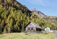 Vecchia distilleria dell'olio del pino montano nelle alpi, Austria Fotografia Stock