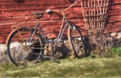 Vecchia e bicicletta arrugginita Immagini Stock