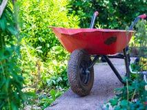 Vecchia e carriola sporca sul passaggio pedonale Fotografie Stock