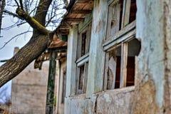 Vecchia e casa abbandonata in cui nessuno vive fotografia stock
