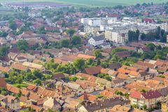 Vecchia e città moderna di Rasnov, fotografie stock libere da diritti