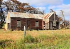 Vecchia e fattoria australiana dilapidata del paese Immagini Stock