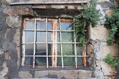 Vecchia e finestra arrugginita con la riflessione fotografia stock