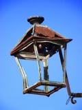 Vecchia e lampada di via arrugginita Fotografia Stock