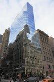 Vecchia e nuova architettura in specchio - Manhattan - New York - U.S.A. fotografia stock libera da diritti
