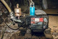 Vecchia e pompa grassa del motore che funziona nel villaggio birmano fotografia stock libera da diritti