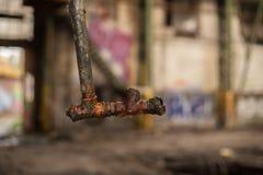 Vecchia e tubatura dell'acqua arrugginita che pende dal tetto immagine stock libera da diritti