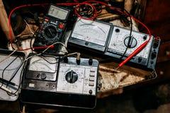 Vecchia elettronica dell'amperometro in garage fotografie stock