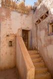 Vecchia entrata principale con le scale in un villaggio antico Immagini Stock