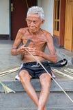 Vecchia erba indonesiana di taglio dell'uomo in Lombok, Indonesia Immagini Stock Libere da Diritti