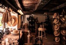 Vecchia esposizione svizzera del negozio di cappello nel museo dell'aria aperta di Ballenberg, Brienz Fotografie Stock Libere da Diritti