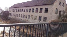 Vecchia fabbrica abbandonata e un fiume Fotografie Stock