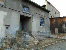 Vecchia fabbrica abbandonata a partire dai periodi comunisti immagini stock libere da diritti