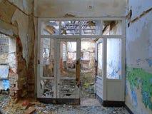 Vecchia fabbrica abbandonata a partire dai periodi comunisti fotografia stock