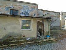 Vecchia fabbrica abbandonata a partire dai periodi comunisti fotografia stock libera da diritti