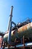 Vecchia fabbrica contro il cielo in sole Fotografia Stock Libera da Diritti