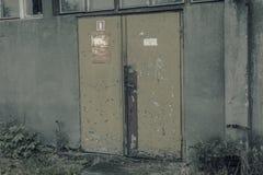 Vecchia fabbrica della porta Immagine Stock