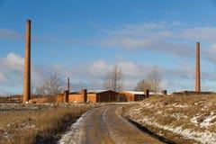 Vecchia fabbrica delle mattonelle con tre camini industriali Fotografia Stock Libera da Diritti