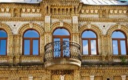 vecchia facciata con il balcone Fotografia Stock