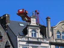 Vecchia facciata della casa davanti alla gru, nel dowtown di Bruxelles. Immagine Stock