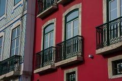 Vecchia facciata della costruzione con i balconi tradizionali Fotografia Stock Libera da Diritti