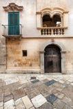 Vecchia facciata della costruzione Scena d'annata, porta e finestre Fotografie Stock