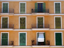 Vecchia facciata spagnola tipica della costruzione Immagine Stock