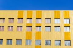 Vecchia facciata variopinta della casa di città Costruzione del centro di architettura della città Finestre multiple Fotografia Stock Libera da Diritti