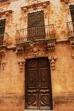 Vecchia facciata variopinta e maestosa della casa in Caravaca de la Cruz, Murcia, Spagna fotografie stock